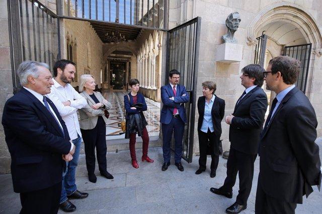 El pte.C.Puigdemont con diputados suizos y otros miembros del Govern.