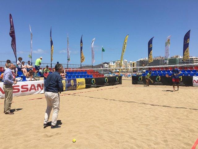 Ángel Víctor Torres pelotea con una pareja de jugadores de tenis playa