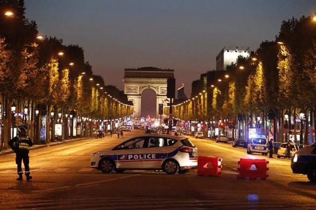 Un policía muere en los Campos Elíseos de Paris