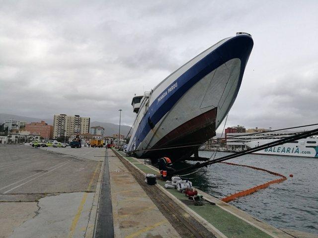 Un ferry abandonado se hunde en el puerto de Algeciras