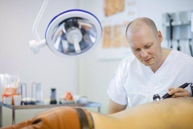 Médico atiende a un paciente con psoriasis