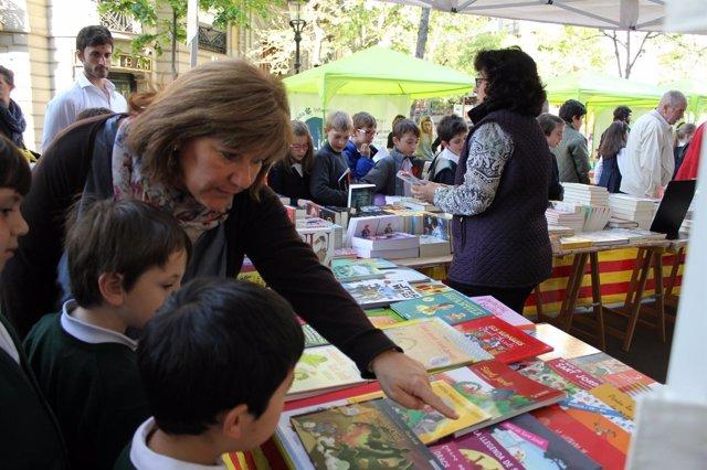 Adultos y niños miran libros en Sant Jordi en Barcelona
