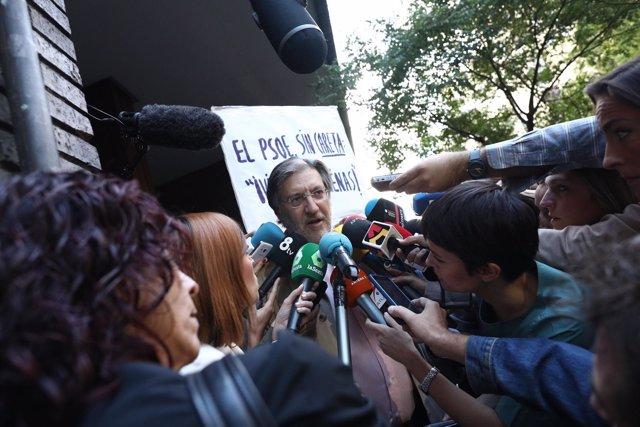 Perez Tapias en su llegada al Comité Federal del PSOE en Madrid
