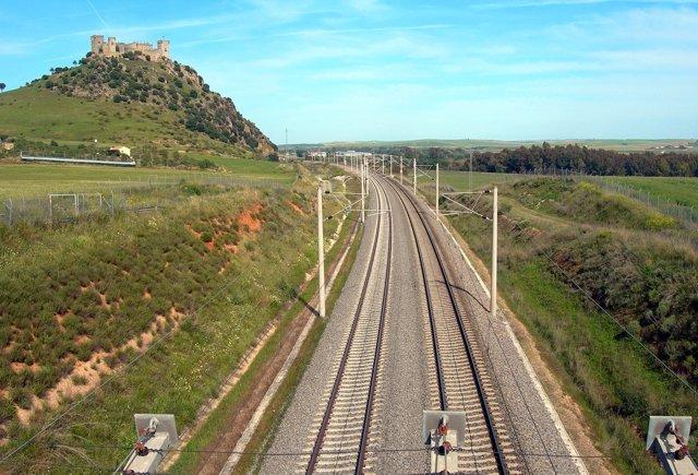 Las vías del AVE, junto a las que se sitúa el Castillo de Almodóvar
