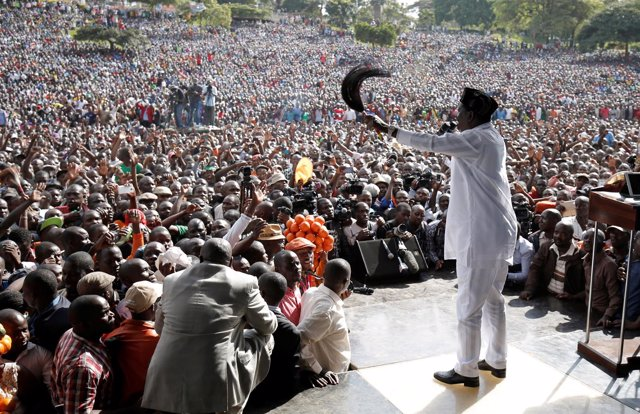 Raila Odinga, habla ante miles de simpatizantes