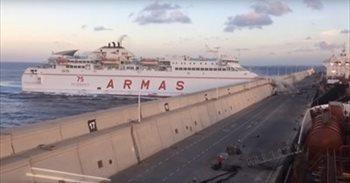 Un ferry colisiona en el muelle de Las Palmas y provoca un derrame de...