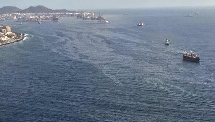 Continúa la dispersión de la mancha de gasoil y se cierran las playas de San Cristóbal a Gando por prevención