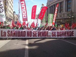 La Marea Blanca vuelve a salir a la calle en Madrid con el lema 'Menos gastos militares, más presupuestos sociales'