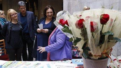 """Colau veu """"lògic"""" que entitats com el Pacte Nacional pel Referèndum aprofitin Sant Jordi per recollir signatures"""