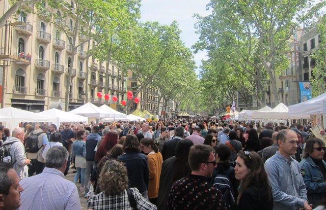 Miles de ciudadanos llenan las calles este Sant Jordi