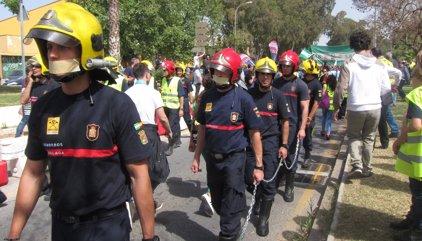Miles de personas se manifiestan en apoyo a los bomberos de Málaga