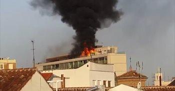 Restablecido el tráfico en Gran Vía tras el incendio en un edificio, que...