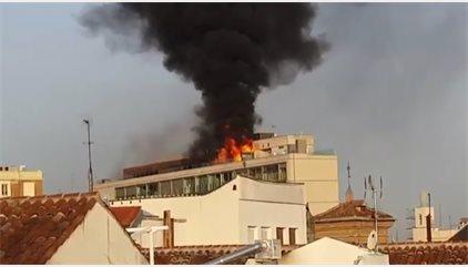Aparatoso incendio sin heridos en una azotea de un edificio en la Gran Vía de Madrid