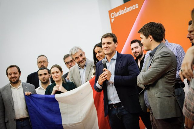Rivera, junto a simpatizantes de Macron en la sede de Ciudadanos