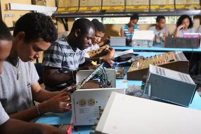 Alumnos de la Fundación Dominicana San Valero