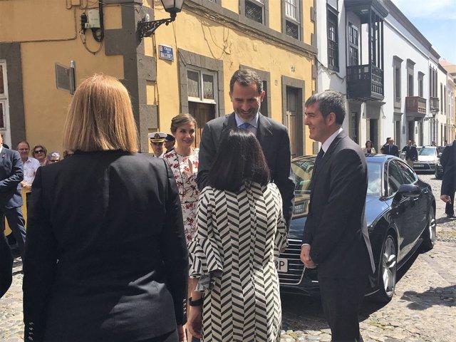 Los Reyes junto al presidente canario Clavijo y (de espaldas) Darias y Roldós
