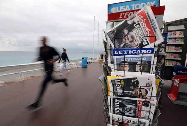 Portadas de periódicos en un quiosco tras las elecciones en Francia