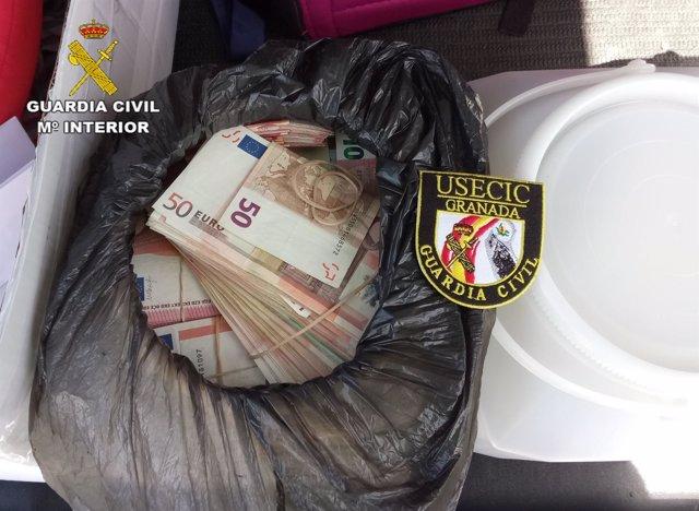 Dinero intervenido en el maletero de un todoterreno