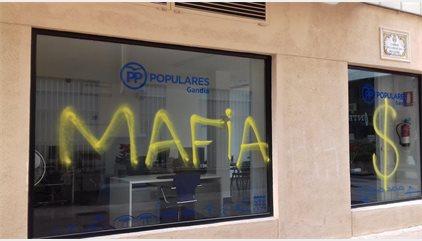 """El PP de Gandia denuncia la aparición de la pintada """"sois mafia"""" en la fachada de su sede"""