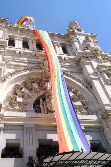 Carmena presentará el jueves la bandera arcoíris que lucirá el Palacio de Cibeles durante el Orgullo Mundial
