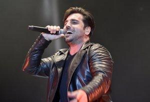 Bustamante ya no luce su alianza en su último concierto