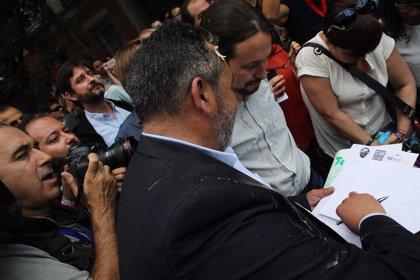 Pablo Iglesias, salpicado por un 'huevazo' al acercarse a la concentración de taxistas en las inmediaciones del Congreso