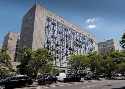 Un mural del artista JR, exponente del 'street art', cubre la fachada del IE en Madrid como símbolo de diversidad