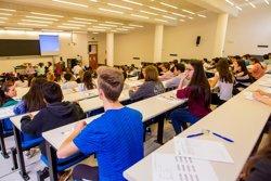 Los alumnos de estudios postobligatorios podrán solicitar desde mañana las ayudas a becas del curso 2017-2018
