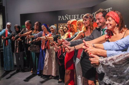 Sandra Ibarra lanza la colección 'Pañuelos con Arte', con estampados de Christina Oiticica para pacientes de cáncer