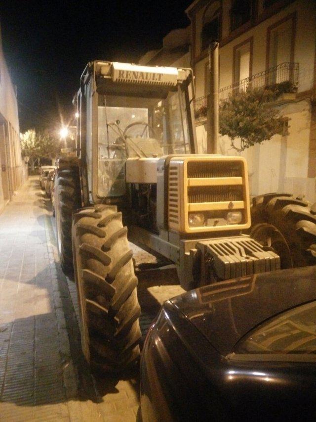 Un concejal de la cup aparca el primer tractor en una sede for El tiempo les borges blanques