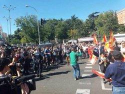 La Policía media entre los manifestantes por la unidad de España y los que piden diálogo en Madrid