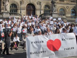 Cientos de personas se concentran en las tres capitales vascas a favor del diálogo en Cataluña