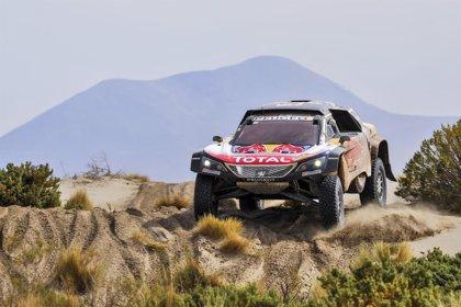 Carlos Sainz (Peugeot) mantiene a raya a Peterhansel y sigue líder en coches