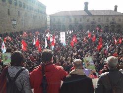 Miles de personas protestan en Santiago contra los