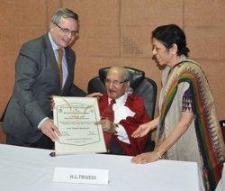 Rafael Matesanz recibe en la India un reconocimiento a su labor en el campo de los trasplantes