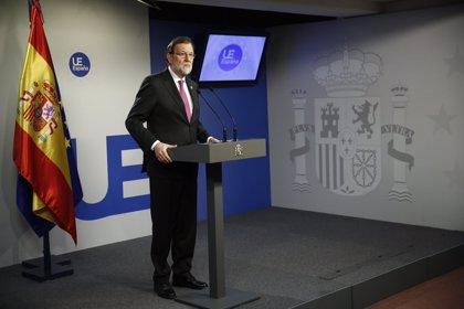 Rajoy pide un candidato en Cataluña sin problemas judiciales y se ofrece a