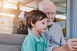 Los juegos de mesa potencian el contacto social y la comunicación en personas mayores, según experto