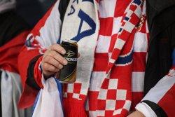 Aficionados croatas impulsan la economía del país gracias a la venta de cerveza durante el Mundial