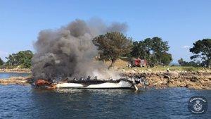 Permanecen ingresadas cinco personas con quemaduras graves tras el incendio de un catamarán en Illa da Toxa