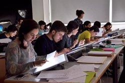 El 83% de los jóvenes españoles ha compatibilizado su grado con algún trabajo, según un estudio