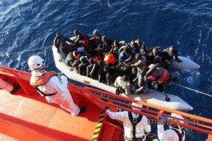 Trasladan a Málaga y Almería a más de 170 migrantes rescatados de pateras este miércoles