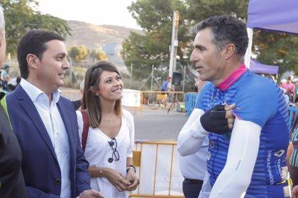 Más de 500 ciclistas arropan a Indurain y Olano en la salida de la marcha 'Juan Martínez Oliver'