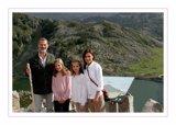 Los Reyes felicitan la Navidad con una foto junto a sus hijas en los lagos de Covadonga