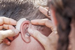 Revisar periódicamente la audición podría evitar depresiones tardías, según un estudio