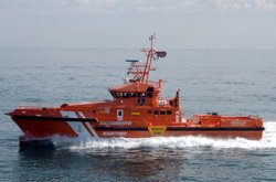 Trasladan a Almería a 53 personas, entre ellas cuatro menores, rescatados en Alborán
