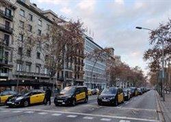 Taxistas y VTC mantienen los cortes en la Gran Via y la Diagonal de Barcelona