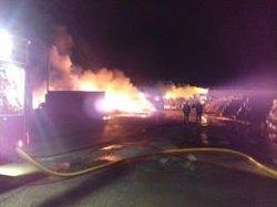 Un incendio en la antigua planta de reciclaje de Pradejón (La Rioja) provoca llamas de hasta cuatro metros de altura