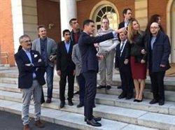 Pedro Sánchez recibe a los protagonistas y equipo de 'Campeones' en La Moncloa