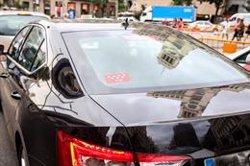 Los coches de firmas como Uber y Cabify se frenan en Madrid y repuntan en Barcelona