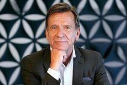 Hakan Samuelsson (Volvo Cars) recibe el premio protagonista del Motor-Galería 'El Mundo'